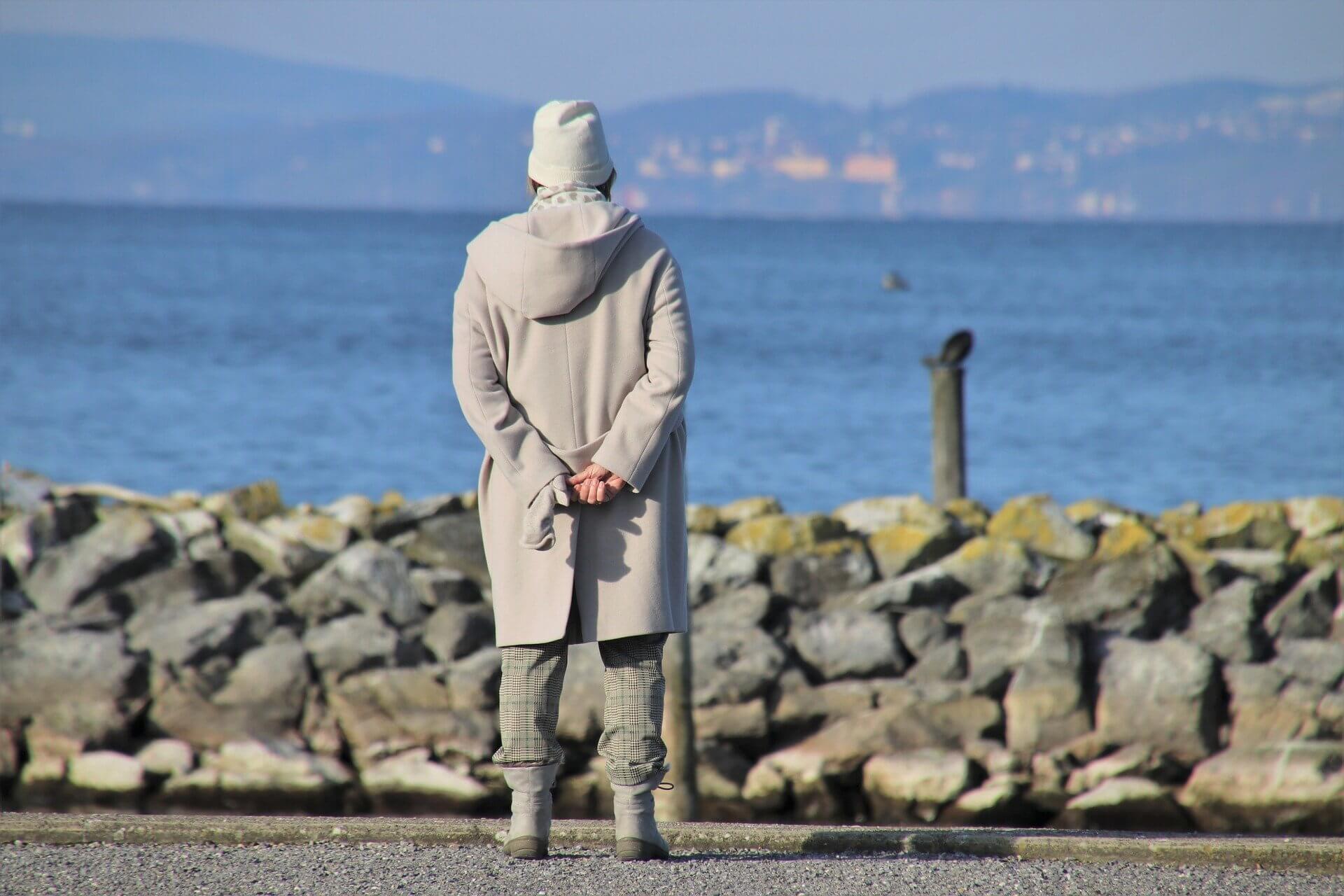 alter mensch schaut aufs meer
